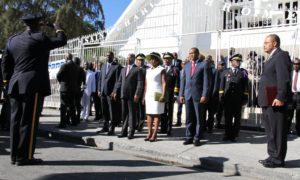 Le président de la République, Jocelerme Privert et le Premier ministre, Enex Jean-Charles, ainsi que les présidents des deux chambres du Parlement : Ronald Larèche (du Sénat) et Cholzer Chancy (de la Chambre des députés) et d'autres personnalités politiques à Gonaïves pour commémorer le 213e anniversaire d'indépendance haïtienne
