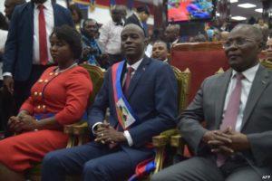 De gauche à droite Martine l'épouse de Jovenel, le président Jovenel Moise et le président provisoire sortant Jocelerme Privert
