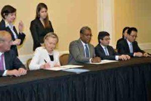 Hillary Clinton signe l'accord sur le Parc Industriel de Caracol (PIC) ci-devant Parc Industriel de la Région du Nord PIRN).