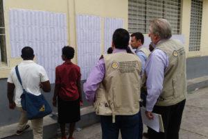 Des observateurs de l'OEA et quelques électeurs