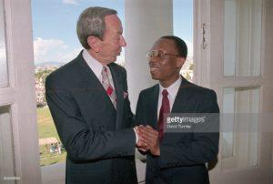 Le secrétaire d'état américain d'alors Warren Christopher ramenant le président Aristide au Palais National en Octobre 1994