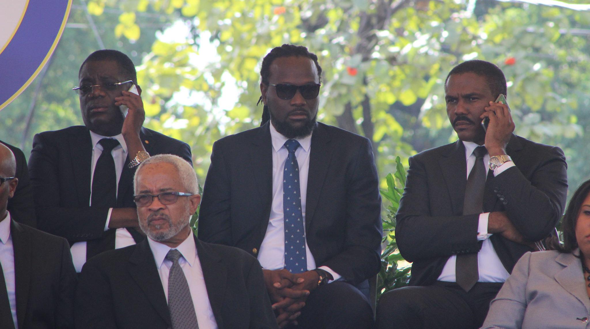 """De gauche à droite, l'ancien président du Sénat RonaldLareche, sénateur et musicien Antonio """"Don Kato"""" Cheramy, et l'ancien candidat à la présidence Jude Celestin, au téléphone. PHOTO: Daniel Tercier/Haïti Liberté"""