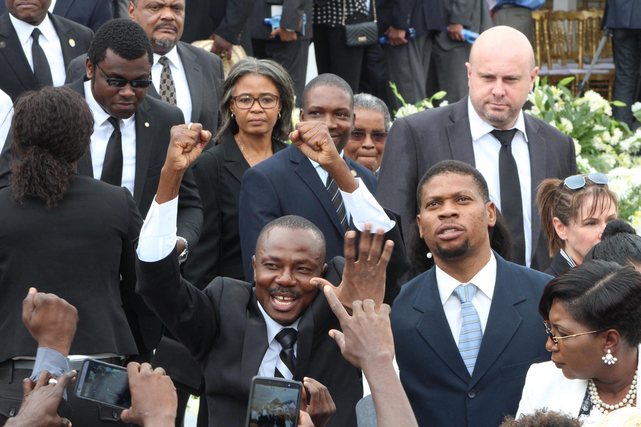 L'arrivée aux funérailles de l'ancien sénateur et candidat à la présidence Moïse Jean-Charles. PHOTO: Daniel Tercier/Haïti Liberté