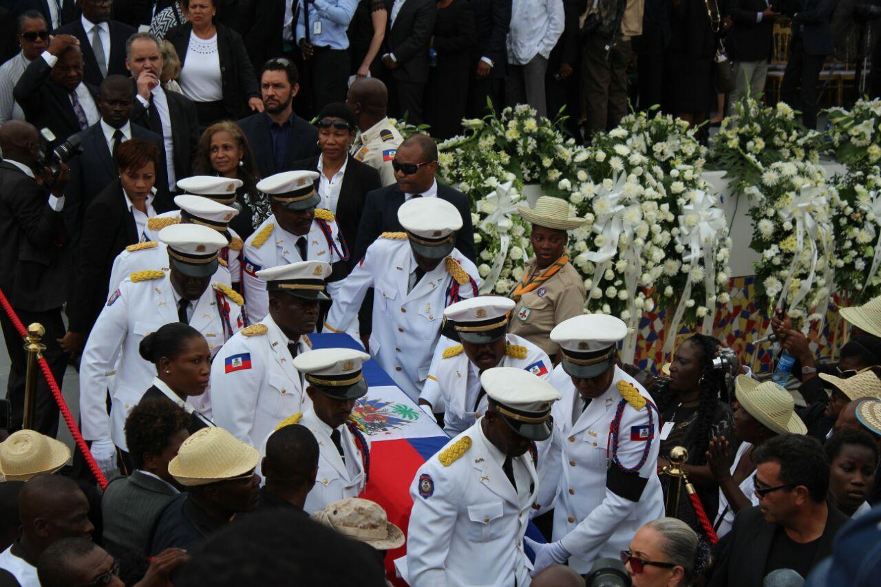 Des policiers haïtiens avec le cerceuil de René Préval. PHOTO: Daniel Tercier/Haïti Liberté
