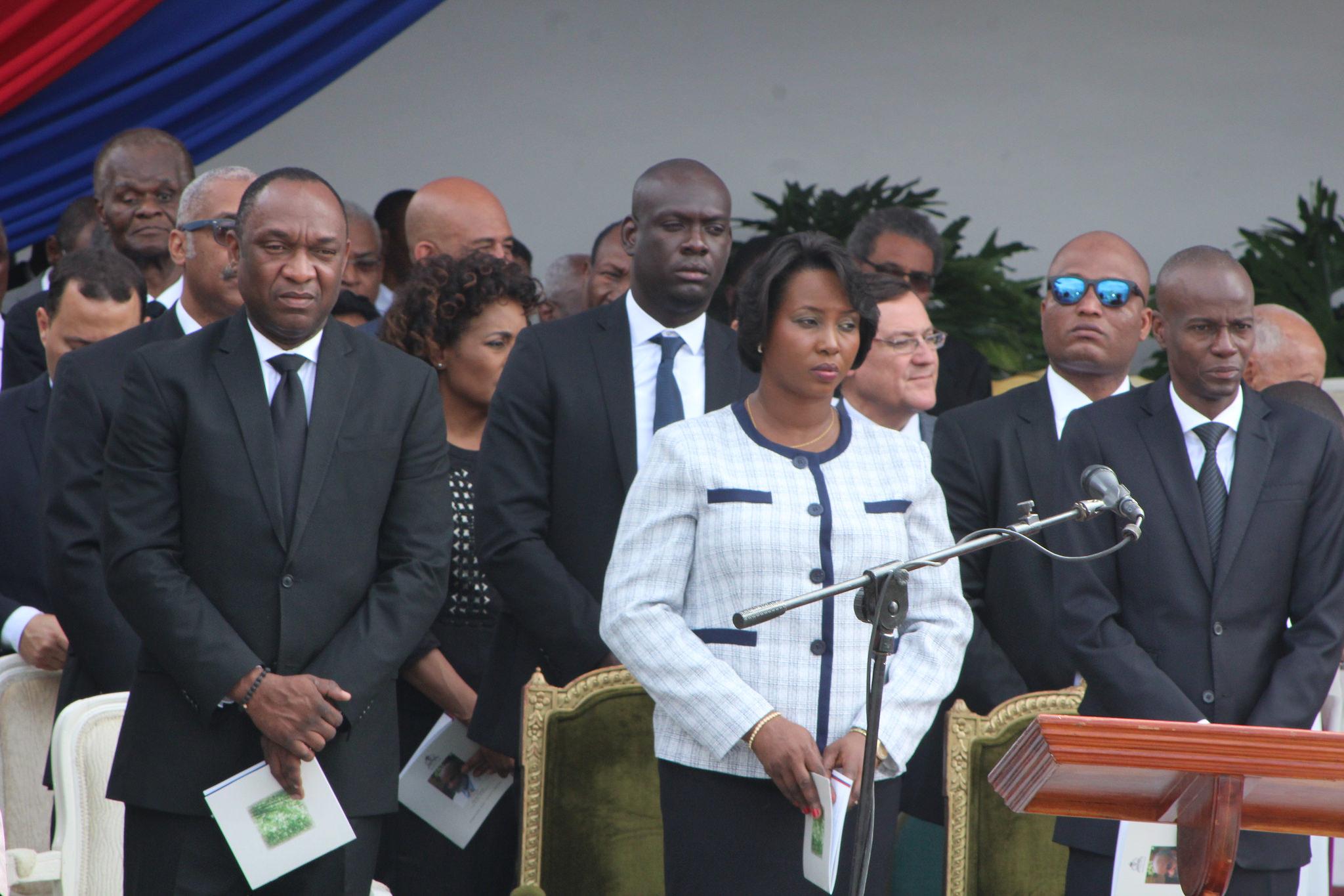 De gauche à droite, le Président du Sénat Youri Latortue, la prémière dame Martine Moïse, et le président Jovenel Moïse pendant la cérémonie civile le samedi 11 mars 2017. PHOTO: Daniel Tercier/Haïti Liberté