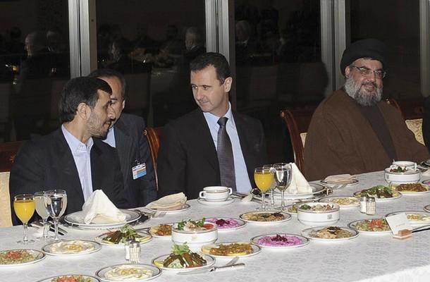 De gauche à droite: l'ancien président Iranien Mahmoud Ahmadinejad, un interprète, le président Syrien Bashar al-Assad et le Secrétaire Général du Hezbollah Sayed Hassan Nasrallah