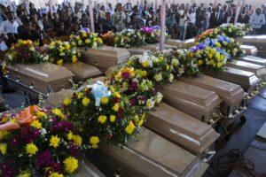 Obsèques de 20 prisonniers décédés au pénitencier national chantées en l'église St-Anne de Port-au-Prince.