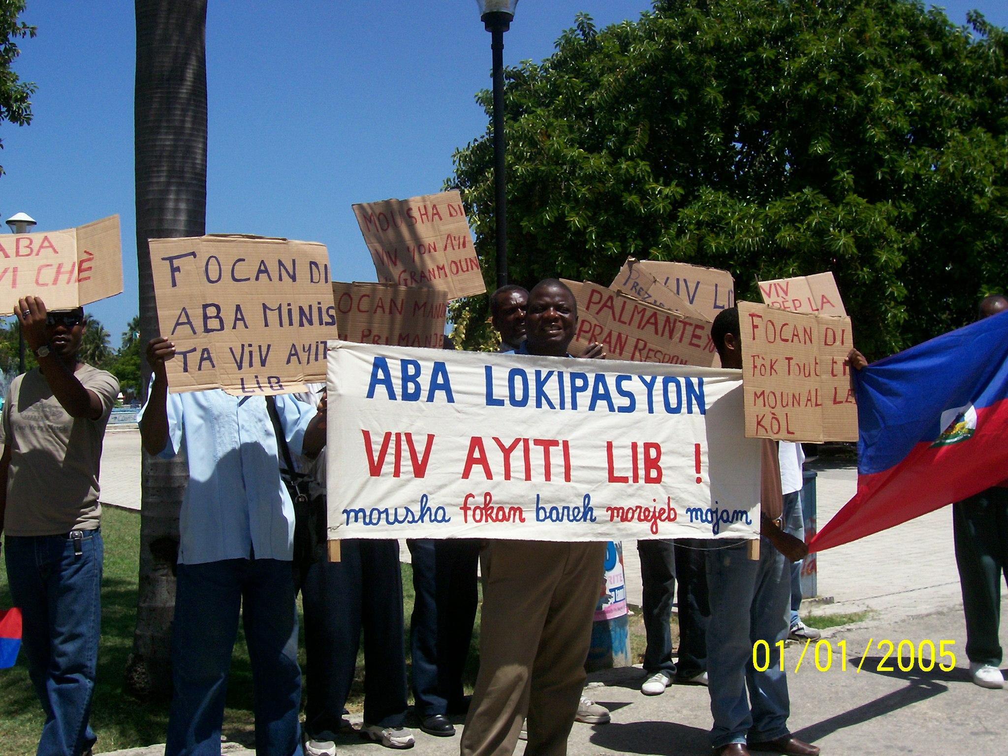Des organisations populaires en Haïti dénonçant l'occupation du pays le premier janvier 2005