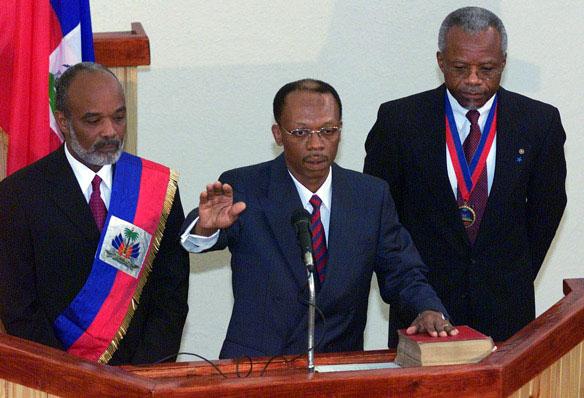 De gauche à droite : René Préval, Jean Bertrand Aristide au Palais Législatif lors de son investiture en 2001 et le président du Sénat d'alors Yvon Neptune