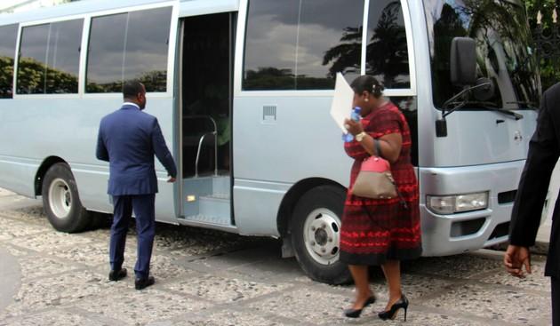 Le bus était là, certains ministres avaient même pris leur place à bord, tout joyeux comme s'ils venaient de gagner à la loterie. Le véhicule n'a jamais pu quitter la cour du Palais National.